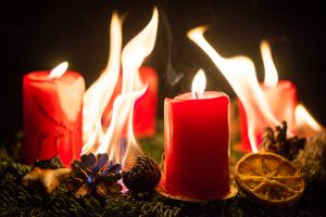 Brandschutz beachten: Brennender Adventskranz
