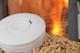 Feuermelder mit einem Pelletkamin