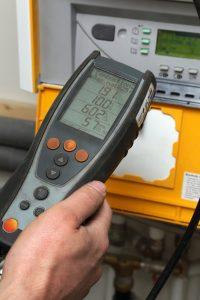 Messgerät für Immissionsmessung und Abgaswegeuntersuchung im Einsatz