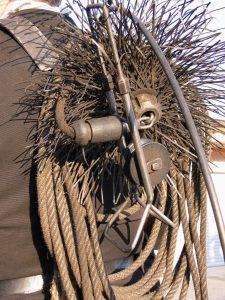 Gerät zum Schornstein kehren mit Metallbesen, Leine und Rollbock zu besseren Leinenführung.